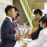 在園児から卒園児へ花束贈呈