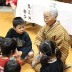 おばあちゃんの沖縄方言に興味津々の園児ら