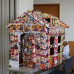 今年もお菓子の家が贈られ大喜びの園児でした